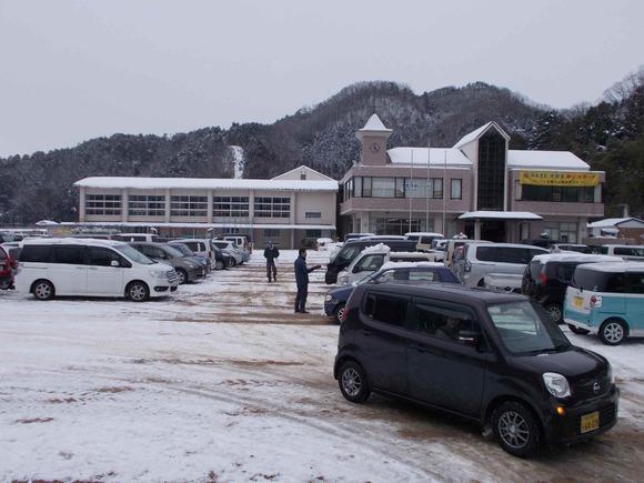 除雪したグランドを埋めた車