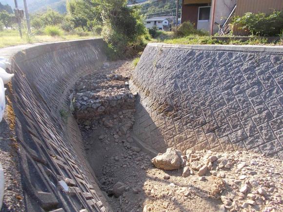 水無し川と言われてはいますが、先月の豪雨で深くえぐられた所にも水はありません