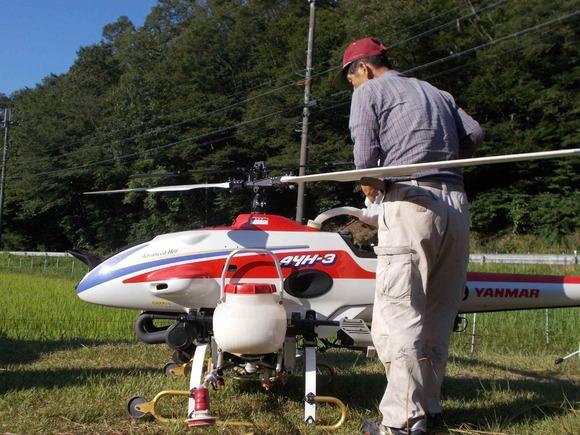 飛行前にまず給油。燃料は混合油。ヘリの移動は軽トラを使います。
