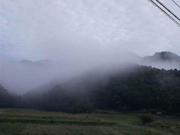 小倉集落から雨石連山を望む