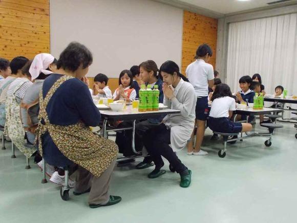 一日目の夕食。大人・学生ともども、いただきま〜す!