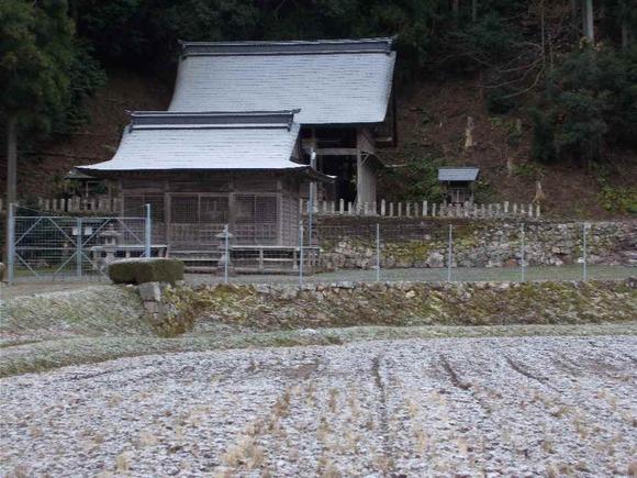 今日「森の祀り」が行われる藤坂・春日神社も薄化粧