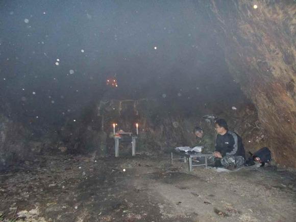 内部の様子。お篝で煙り、燃えカスが白く写っている。