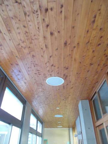 廊下の天井も木質化されました。
