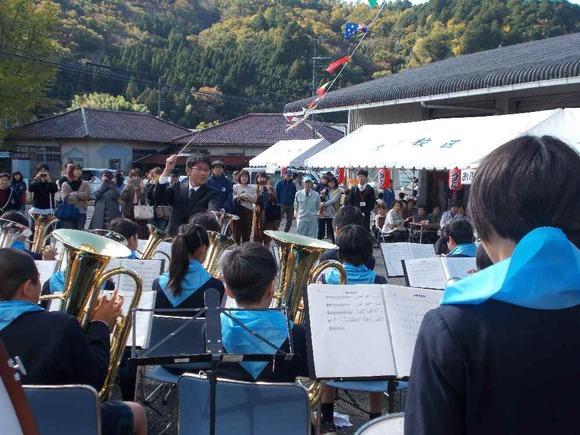 開会を告げる多紀小学校金管バンド
