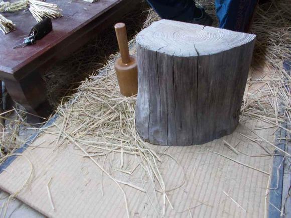 道具は「てんころ」(木槌)と台