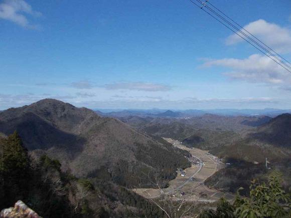 毘沙門山東の丹後幹線甲64鉄塔近く高まりから藤坂集落を望む