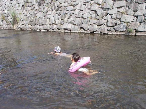 小さい子は泳げる深さのところもあります