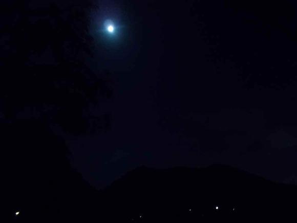 夜は満月が大芋地区を照らしました