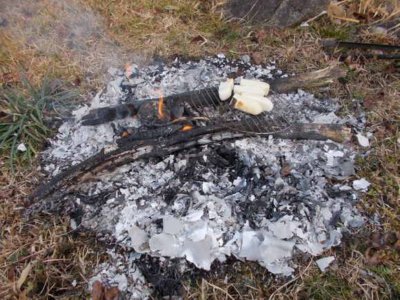 福井集落・個人宅−モチを焼いています