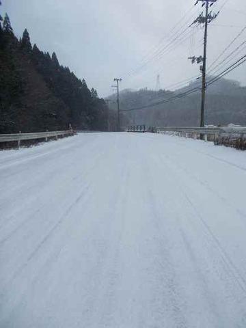 小倉集落の篠山川沿いの県道は、積雪時には最も危険な場所でしょう。