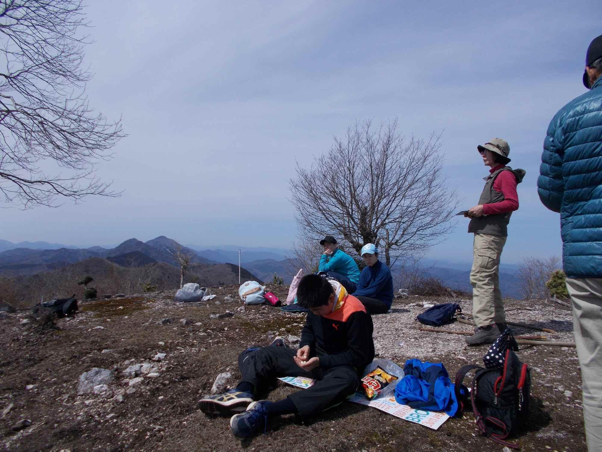 御嶽・小金ケ嶽を遠望。その景色を横目に、はや食事をする小学生も。