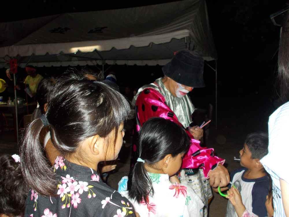 子ども達に人気のピエロさん。風船アートを作ります