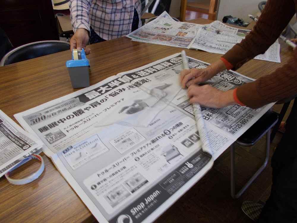 新聞紙を丸めて筒をたくさん作ります。