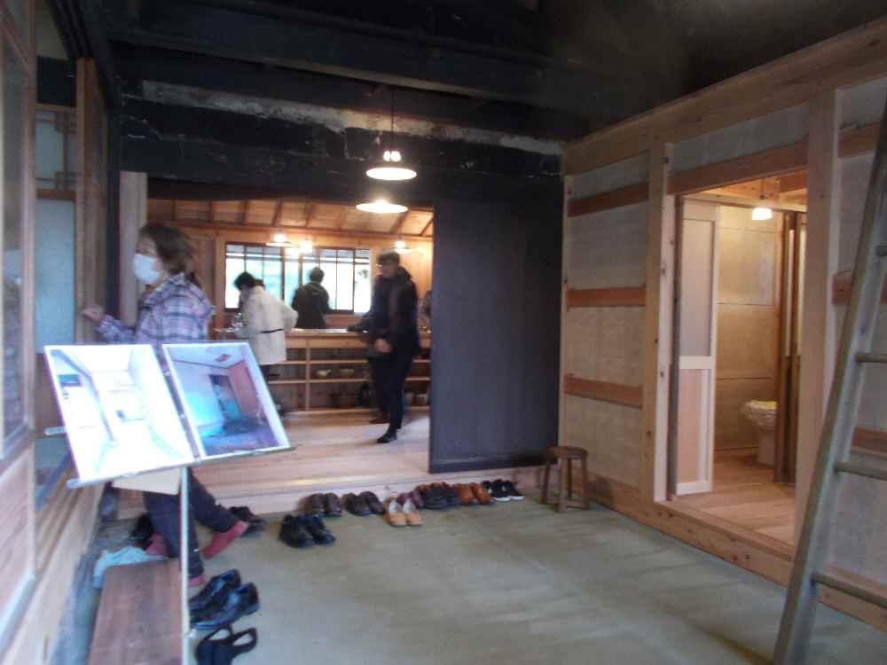 玄関を入った土間。右はトイレなどの水回りで、奥は台所。
