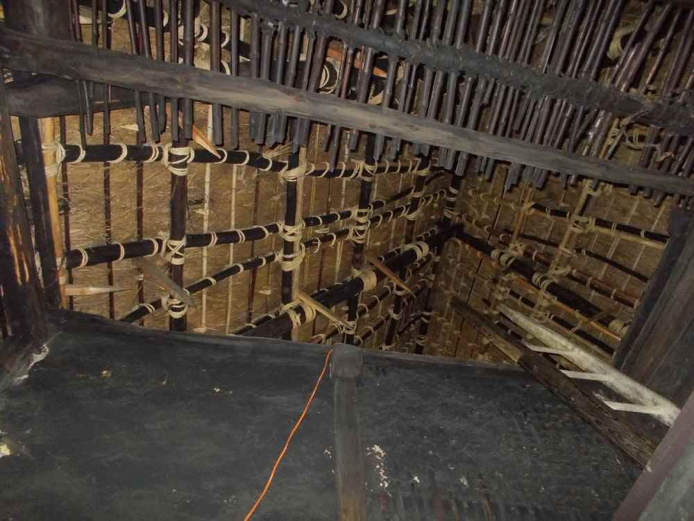 天井はなく屋根まで吹き抜けでした。梯子で上がれます。