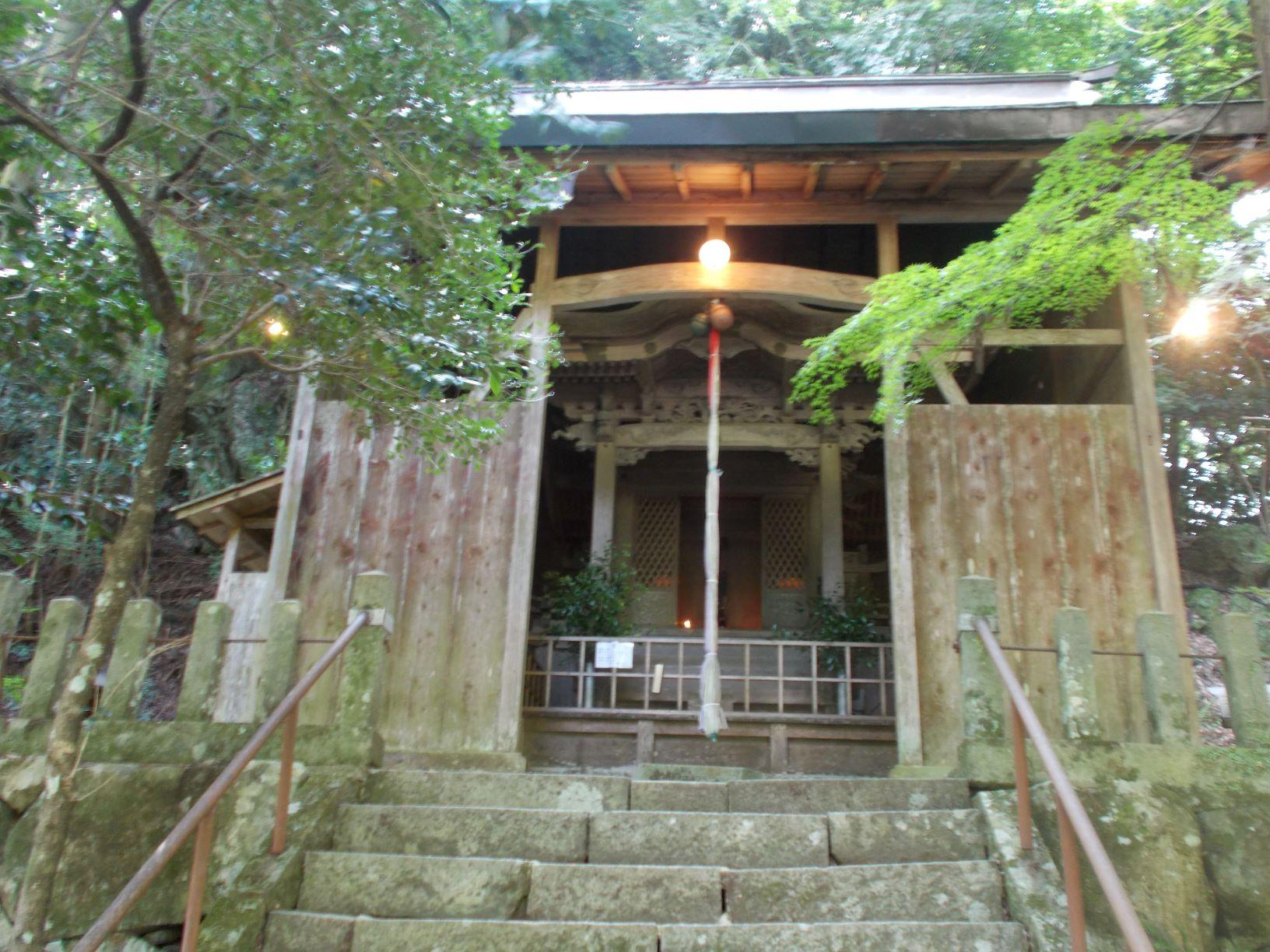 鞘堂に保護されて梅田神社本殿